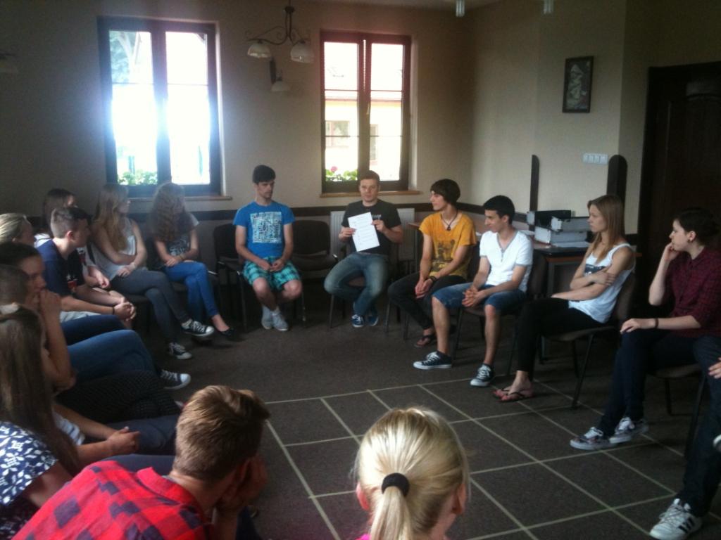Visi įdėmiai klauso Andrzejaus skelbiamos užduoties...
